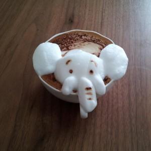 elefante fatto con la schiuma del cappuccino