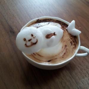 foca fatta con la schiuma del cappuccino